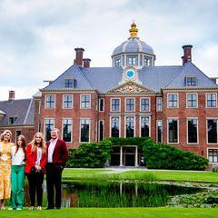 In trauter Eintracht zeigt sich die sympathische Königsfamilie vor der malerischenKulisse ihres Zuhauses und sorgt an diesem schönen Sommertag auch mit ihren farbenfrohen Outfits für lockere Stimmung.
