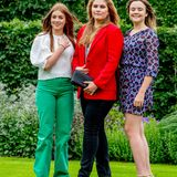 Alexia, Amalia und Ariane glänzenmit ihrer natürlich-schönenAusstrahlung; gekonnt posiert das charmante Prinzessinnen-Trio für die Fotografen.