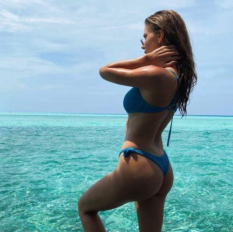 Ein echter Vollprofi im Po-sing: Victoria Swarovski! Da weiß man gar nicht, ob man das kristallblaue Meer betrachten soll oder ihre trainierteKehrseite, die sie gekonnt im knappen Bikini in Szene setzt.