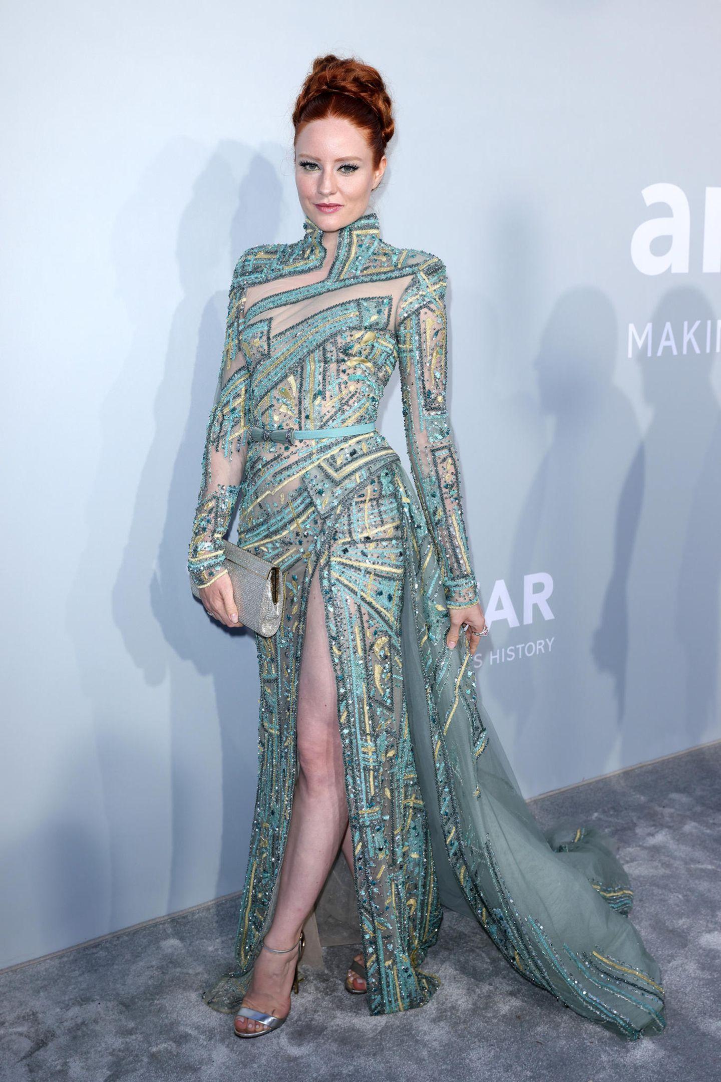 Hinreißend sieht Barbara Meier in ihrem grünlich schimmernden Glamour-Look aus.