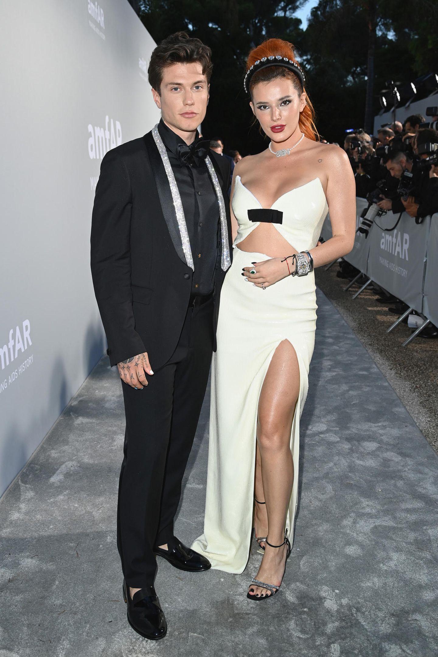 Bella Thorne, im bauchfreien Look von Miu Miu, hat ihren VerlobtenBenjamin Mascolo mit nach Antibes gebracht.