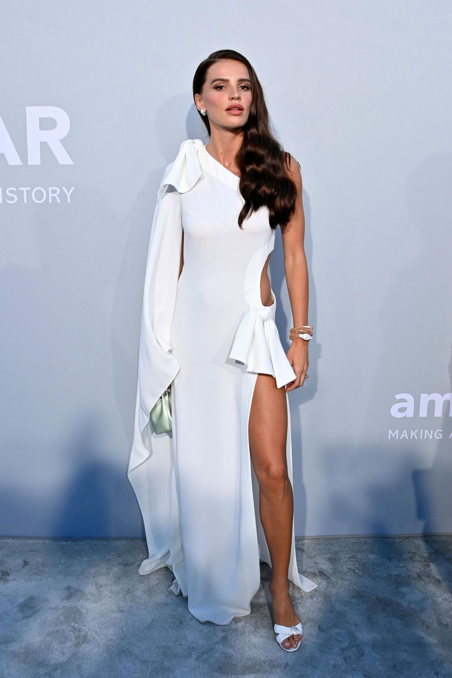Model Anna Andres begeistert auf dem grauen Teppich in einem weißen Look von Elie Saab.