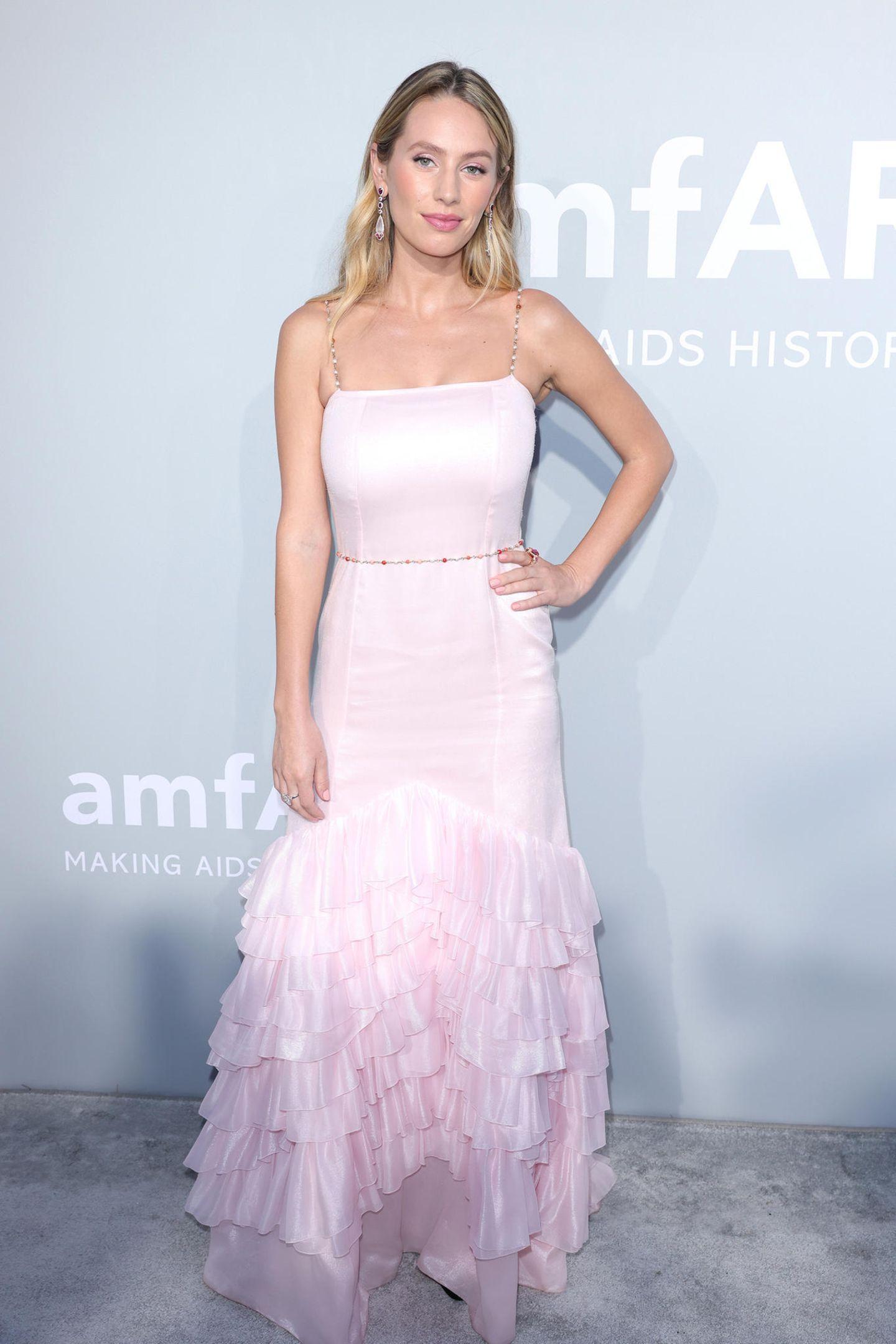Dylan Penn präsentiert sich bei der amfAR-Galain zartem Rosé von Chanel.