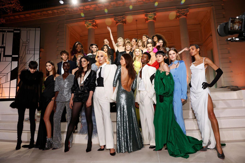 Nach der Fashion-Show posieren die vielen bekannten Models mit Gastgeberin Sharon Stone.