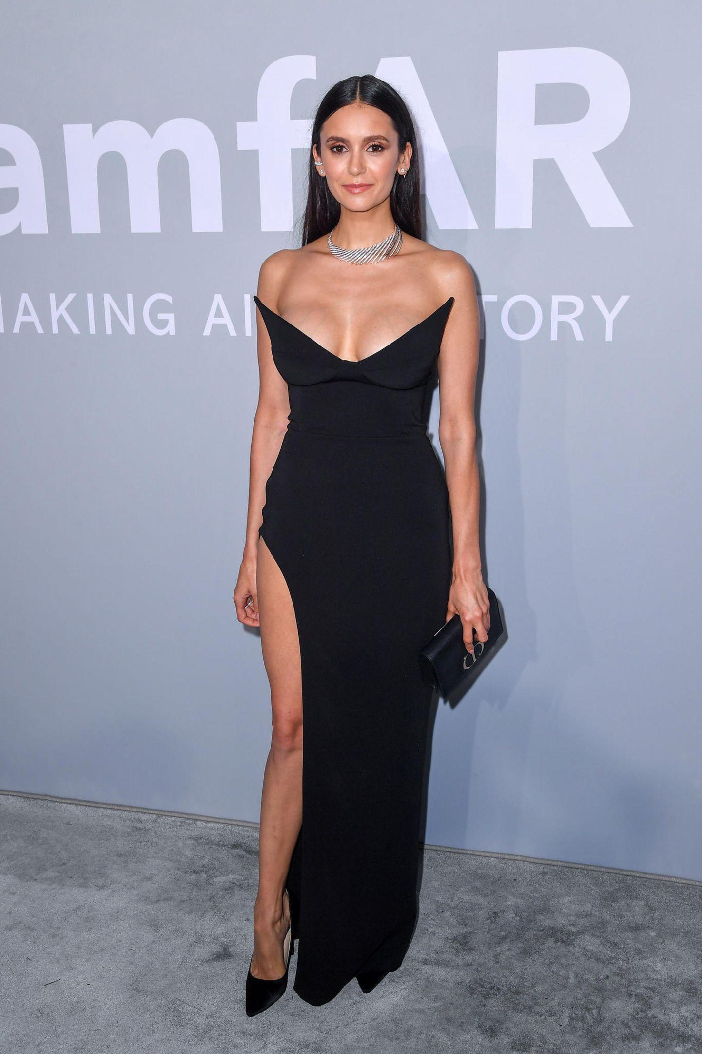 Schlicht aber sexy: Nina Dobrev bezaubert in einem Kleid von Mônot.