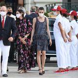 Charlotte Casiraghi bedient sich – wie so oft – bei ihrem Lieblings-Couture-Haus und tritt in einem schwarzen Minikleid von Chanel vor die Kameras. Diegroben Stofffransen am Kleid sowie die Pailletten-Clutch (ebenfalls von Chanel) und Plateau-Sandalen verleihen dem Look einen rockigen Twist.