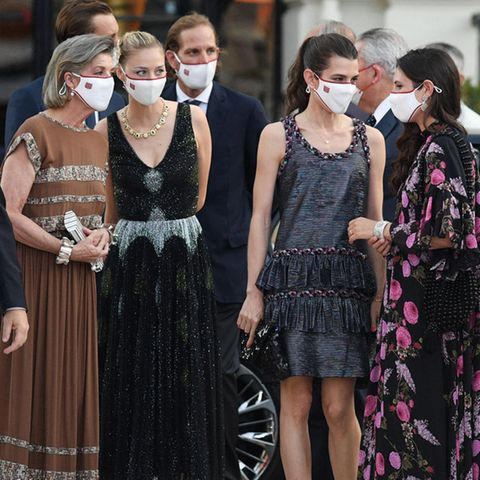 Für das Red Cross Summer Concert in Monaco werfen sich die monegassischen Royals in Schale. Prinzessin Caroline erscheint in einem fließenden braunen Kleid von Chanel und kombiniert dazu goldfarbene Pumps von Christian Louboutin. Ihren Schmuck hat sie farblich perfekt auf den Print des Kleides abgestimmt.