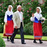 """16. Juli 2021  Nach den trubeligen Feierlichkeiten anlässlich des Victoriatags am 14. Juli geht es für die Kronprinzessin und ihre Eltern gleich weiter im Programm. Und das sogar in voller Tracht, schließlich verleihen das schwedische Königspaar und ihre Tochter dieAuszeichnung """"Öländer des Jahres"""" auf Schloss Solliden in Borgholm."""