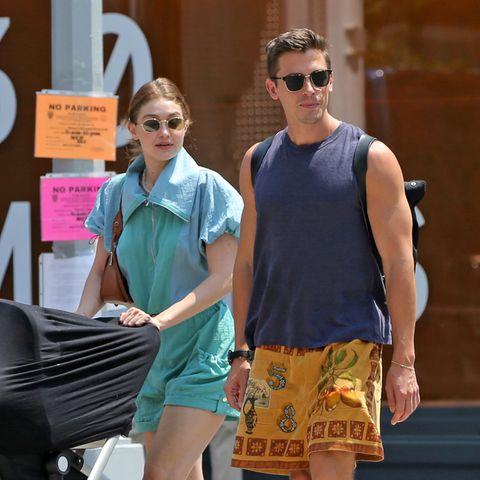 """16. Juli 2021  Topmodel Gigi Hadid ist gut mit """"Queer Eye""""-StarAntoni Porowski befreundet, und so nutzen die beiden den schönen New Yorker Sommertag für einen gemütlichen Bummel mit Töchterchen Khai."""