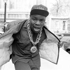 """16. Juli 2021: Biz Markie (Marcel Theo Hall) (57 Jahre)  Fans trauern um den Hip-Hop-Pionier Biz Markie, der Ende der 80er mit dem Hit """"Just a Friend"""" weltweit bekannt wurdeund u.a. mit den Beastie Boys und Fünf Sterne Deluxe zusammengearbeitet hat.Filmfans dürfte der Musiker auch noch als beatboxender Postangestellte in """"Men in Black 2"""" bekannt sein."""