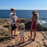 Ein Mann, seine drei Mädchen und das Meer: Für Fußball-Star Robert Lewandowski scheint es kaum etwas Schöneres zu geben, als mit seiner süßen Familie diesen tollen Ausblick zu genießen. Wir wünschen gute Erholung!