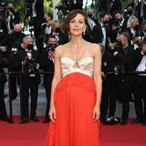 Auch das letzte Red-Carpet-Outfit von Jury-Mitglied Maggie Gyllenhaal ist ein eleganter Hingucker und stammt von Gucci.