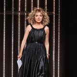 Die italienische SchauspielerinValeria Golino schwebt im schwarzen Glamour-Look über die Bühne im Festspielhaus, wo an diesem Abend die Preise verliehen werden.