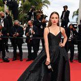 Model Xenia Tchoumi hat sich für schlichte Eleganz mit glitzernden Pünktchen entschieden.
