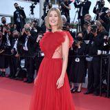 Im roten Tülltraum von Dior zeigt sich Rosamund Pike am letzten Abend in Cannes.