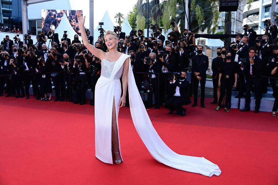 Au revoirCannes! Die diesjährigen Filmfestspiele sind Vergangenheit und Sharon Stone verabschiedet sich auf dem roten Teppich mit diesem eleganten Glamour-Look von Dolce &Gabbana.