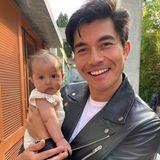 Wenn Papa Henry Golding von Dreharbeiten nach Hause kommt, will er natürlich sofort seine kleine Lyla im Arm halten. Verständlich, denn Baby Golding, geboren am 31. März 2021, ist wirklich zu goldig.
