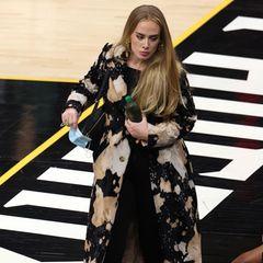 Adele besucht die NBA-Finals in Phoenix, Arizona. Dabei lässt es sich die Sängerin nicht nehmen, modisch so richtig Vollgas zu geben. In ihrem Mantel von Vivienne Westwood für knappe 1700 Euro, Sandaletten von Gianvito Rossi für ca. 650 Euro und einer schwarzen Bauchtasche von Louis Vuitton für ungefähr 1600 Euro sieht Adele mal wieder hinreißend aus.