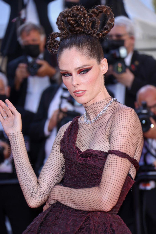 Unauffällig? Gibt es für Coco Rocha nicht! Bei den Filmfestspielen erscheint das Supermodel mit rötlichen Cat-Eyes und einer aufwendigen Flechtfrisur.