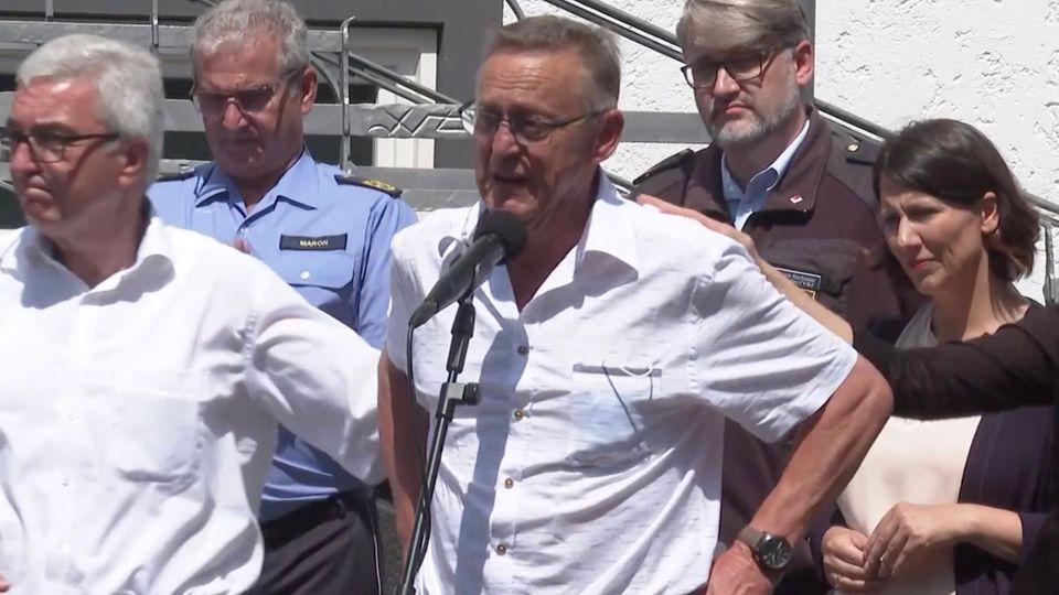 Der Bürgermeister von Schuld hält eine Rede über die Flut