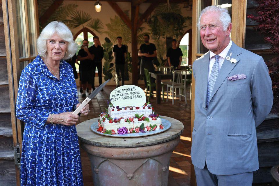 """Als nächstes besuchen Camilla und Charles die Gemeinde Lostwithiel um hier mit Mitgliedern der Gemeindeverbände zum Start von """"Confident Rural Communities Network"""" des Prince's Countryside Fund bei Kuchen und Teeins Gespräch zu kommen."""