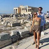 Prinzessin Mara-Olympia macht Sightseeing im luftigen Kleidchen. Bei dem heißen Sommerwetter in Griechenland eine gute Wahl. Ihr Figur betont das Kleid mit dem Gürtel-Detail an der Tailletrotzdem gekonnt.