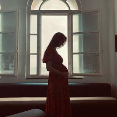 Wow, was für eine Babykugel! Mit diesem Foto verkündet Bee Carrozzini, Tochter von Journalistin Ana Wintour, ihre Schwangerschaft. Gemeinsam mit ihrem Ehemann Francesco erwartet sie ihr erstes Kind.