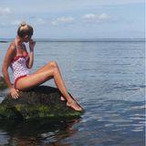 Verträumt schaut Prinzessin Maria-Olympia aufs Meer. Doch hier fällt vor allem der süße Badeanzug auf. Mit den roten Punkten und den Rüschen-Details erinnert er komplett an die Mode der 60er.
