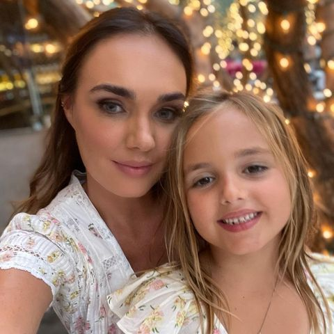 Tamara Ecclestone Rutland macht ein Selfie von sich und ihrer Tochter.
