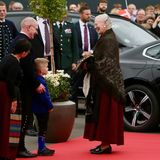 Auch die jüngsten Inselbewohner freuen sich über den hohen Besuch von Königin Margrethe. Nach ihrer Begrüßung und einem kurzen Plausch geht es für Margrethe für eine Besichtigung zur traditionsreichen SpinnereiSnældan in Eysturoy.
