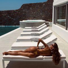 Dieser hübsche Po gehört zur keinem Geringeren als dem Topmodel Izabel Goulart. Das knappe Bikinihöschen bedeckt nur das Nötigste und gewährt einen freien Blick auf ihre durchtrainierte Figur. Ganz nach dem Motto: Je weniger Stoff, desto weniger Bräunungsstreifen.