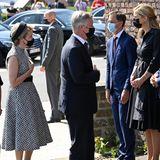 Aus Respekt für die Opfer hält das ganze Land heute einen Staatstrauertag ab. Königin Mathilde und König Philippe zeigen während derZeremonie vor der Feuerwache ihr tiefes Mitgefühl. Den Ort hat es bei der Flutkatastrophebesonders schwer getroffen.Die Royals begrüßen hierVertreter von Polizei, Feuerwehrsowie Rettungskräfte.