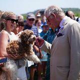 Nach ihrem Ausflug zurFive Islands Academy geht es für Prinz Charles und Camilla weiter auf die InselBryher. Hier wird Charles besonders herzlich von einem flauschigen Vierbeiner willkommen geheißen.