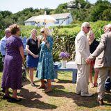In Bryher angekommen, informieren sich Herzogin Camilla und Prinz Charles bei den Betreibern der Hillside Farm über deren Hof. Die britischen Royals werden mit kühlen Getränken im idyllischen Garten der Farm empfangen.