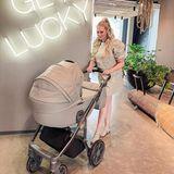 """Neu-Mama Sarah Knappik freut sich über einen ersten Familienurlaub in Amsterdam. Baby Marly schlummert derweil friedlich im Kinderwagenmodell """"Vita unique²"""" vonMy Junior. Besonders süß: Sarah Knappik stimmt ihren Look farblich passend zum Kinderwagen ab – wie stylisch!"""