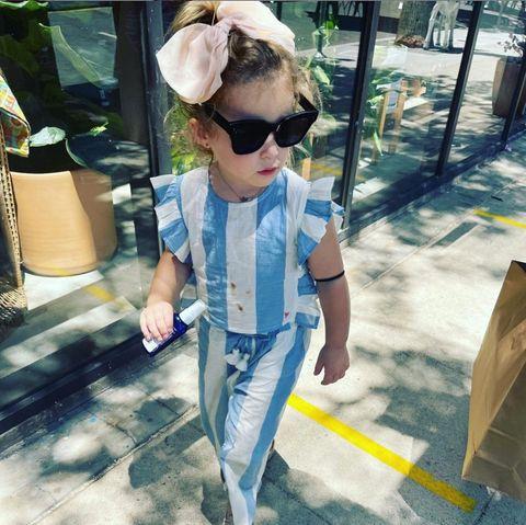 Wie eine Große stolziert Hilary Duffs Tochter durch die Straßen. Die kleine Banks verzaubert in ihrem Zweiteiler und XXL-Schleife. Dass auf dem T-Shirt kleine Flecken sind, stört die Mamawohl nicht, die trotzdem den niedlichen Schnappschuss postet. Schließlich entspricht das der Realität der meisten Eltern, warum also verstecken?