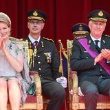 Die stolzen Eltern Königin Mathilde und König Philippe verfolgen das Spektakel von der Tribüne aus und sindvom Militärauftritt ihrer Tochter sichtlich gerührt.