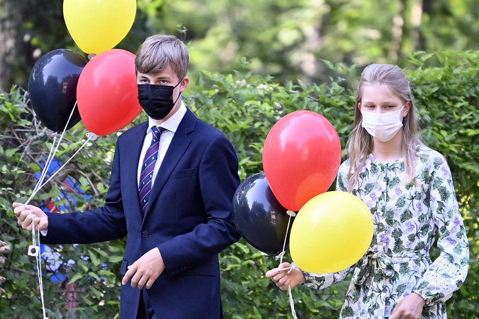 Prinz Emmanuel und Prinzessin Eléonore besuchen im Rahmen der Feierlichkeiten die Hilfsorganisation Farra Clerland. In den Händen halten sie Luftballons in den belgischen Nationalfarben.