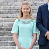 Prinzessin Eleonore von Belgien steht mit ihrer Familie auf dem Schlossplatz.
