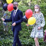 Prinz Emmanuel und Prinzessin Eléonore haben Luftballons in der Hand.