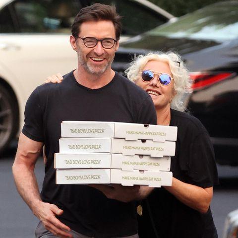 22. Juli 2021  Pizza-Party! Schauspieler Hugh Jackman und Ehefrau Deborra-Lee Furness holen bestens gelaunt ihr Dinner beim Italiener in den Hamptons ab. Selbst die Anwesenheit des Paparazzo scheint das fröhliche Paar auf dem Weg zu seinemAuto in keinerWeise zu irritieren. Es sind eben die kleinen Dinge, die glücklich machen - wie ein gemütlicher Pizza-Abend im Kreise der Liebsten.