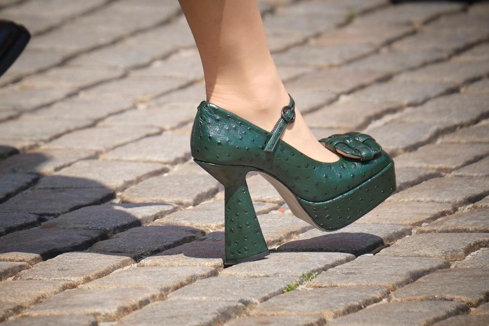 Ganz schön gewagt:Prinzessin Delphines Schuhe mit Plateau.