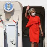 Dieser Look verdient eine Goldmedaille! First Lady Jill Biden besucht die Olympischen Spiele in Tokio und bezaubert gleich bei ihrer Ankunft in einem knallig roten Dress von Narciso Rodriguez.