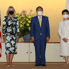 Auch für ihrTreffen mit dem japanischen PremierministerYoshihide Suga und seiner Frau Mariko hat sich Jill Biden einen tollen Designer-Look ausgesucht: Das florale Seidenkleid stammt von Tom Ford. Den trägt sie imAkasaka-State-Gästehaus der Höflichkeit halber allerdings ohne Schuhe.