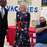 In einem Impfzentrum in Savannah, Georgia verbreitet Dr. Jill Biden nicht nur mit ihrer herzlichen Art gute Laune, auch der florale Look von Oscar de la Rentra hebt die Stimmung. Das Kleid trug die First Lady übrigens auch bei ihrem Cover-Shooting für die Vogue.