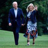 Selbst am Ende eines Wochenendtrips ins Camp David siehtJill Biden noch perfekt gestylt aus. Das auffällig gemusterte Sommerkleid kombiniert sie gekonnt mit einer dunkelblauen Lederjacke.