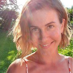Make-up ist bei Wolke Hegenbarth vollkommen unnötig. Wenn Sonnenstrahlen und ein Lächeln ihr Gesicht umspielen, ist die Schauspielerinschöner denn je.