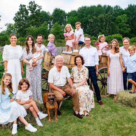 """23. Juli 2021  Was für ein schönes Porträt der schwedischen Königsfamilie!  Für ein neues Bild der gesamten Familie haben die Royals sich im Sommerurlaub auf Öland von ihrem Hoffotografen ablichten lassen. Das letzte Foto dieser Art liegt schon ein paar Jahre zurück und in der Zwischenzeit sind einige royale Sprösslinge dazu gekommen. König Carl Gustaf und Königin Silvia haben das Wiedersehen mit ihren Liebsten lange herbeigesehnt und freuen sich umso mehr, den Sommer auf der """"Insel der Sonne und Winde"""" gemeinsam zu verbringen."""