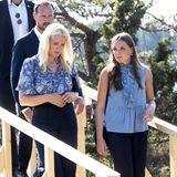 Aufeinander abgestimmt: Auch Ingrid AlexandrasEltern Prinz Haakon und Prinzessin Mette-Marit folgen mit dunklen und gedeckten Blautönen dem gleichen dezenten Farbcode für die Gedenkfeier aufUtøya.