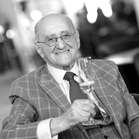 """23. Juli 2021:  Alfred Biolek ist im Alter von 87 Jahren verstorben, wie sein Adoptivsohn Scott Biolek-Richie nun über die Deutsche Presse-Agentur bekannt gab.Der kochende Moderator blickte auf eine erfolgreicheKarriere zurück und galt als Vorreiter der Talkshows. Mit seiner offenen, humorvollen Art war er über 30 Jahre lang im TV präsent und blieb auch dann charmant, wenn er in seiner Kochshow """"alfredissimo"""" ein Gericht nur """"interessant"""" fand. Seit seinem schweren Sturz im Jahre 2010 führte der gebürtige Tscheche in Köln ein eher ruhiges Leben."""
